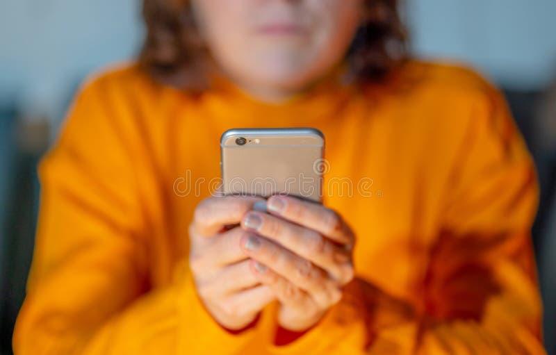 Schließen Sie oben von den Händen der jungen Frau unter Verwendung des Smartphone in der Telefon-Sucht und im beweglichen Spielko stockfotografie