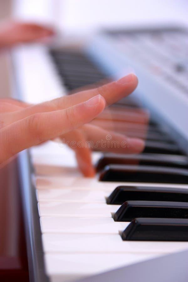 Schließen Sie oben von den Händen eines Mannes, der elektronische Tastatur oder PU spielt lizenzfreie stockfotografie