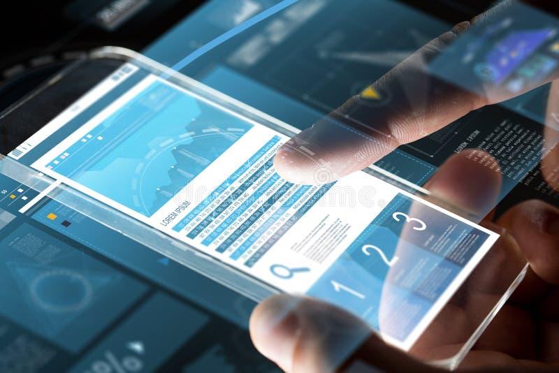 Schließen Sie oben von den Händen mit Diagrammen auf Smartphone stockfotografie