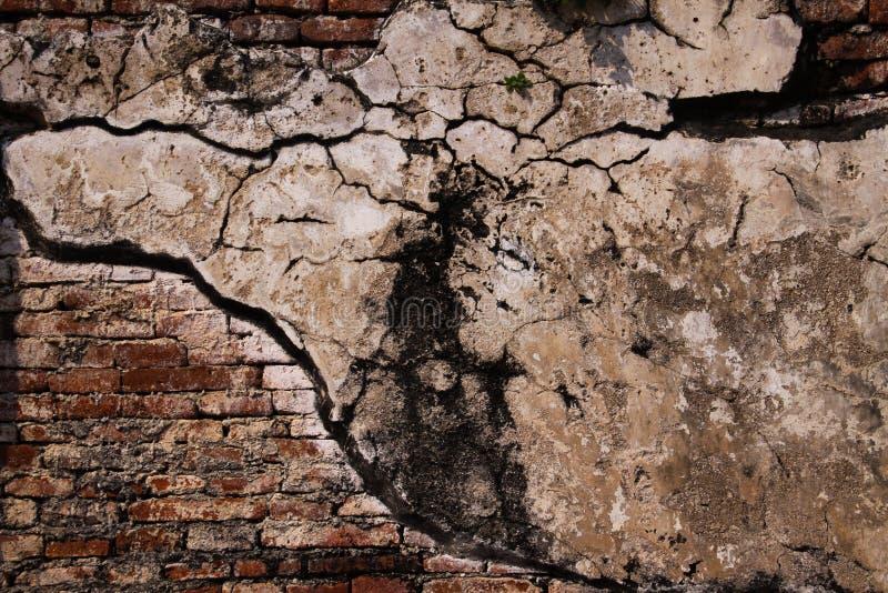 Schließen Sie oben von den lokalisierten alten Backsteinmauern, die mit grauem Mörser in Ayutthaya nahe Bangkok, Thailand geregel lizenzfreies stockbild