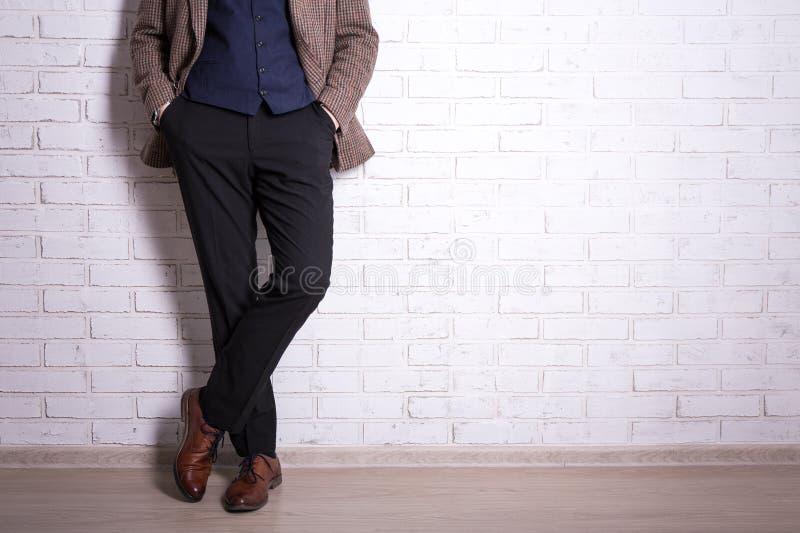 Schließen Sie oben von den männlichen Beinen im Anzug und den Schuhen lizenzfreies stockbild