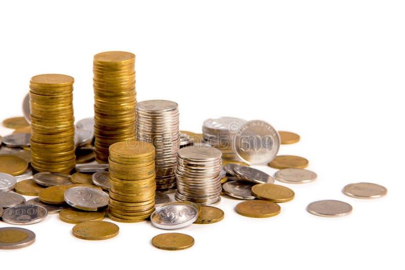Schließen Sie oben von den Münzen der indonesischen Rupie auf weißer Tabelle lizenzfreies stockfoto