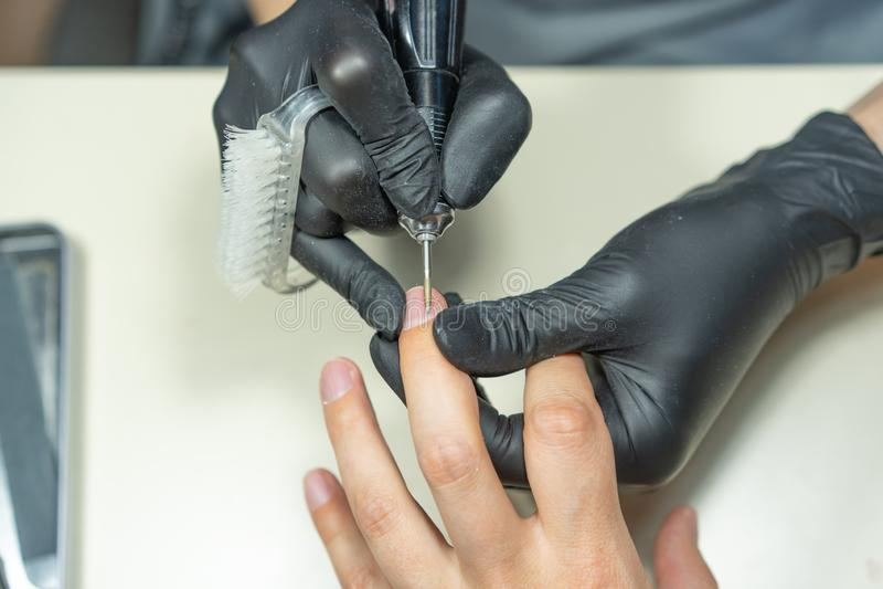 Schließen Sie oben von den Maniküristhänden und -kunden lizenzfreies stockbild