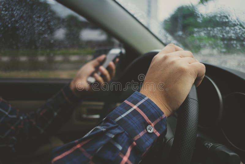 Schließen Sie oben von den Mannhänden unter Verwendung des Telefonweileautofahren-, -transport- und -fahrzeugkonzeptes stockbilder
