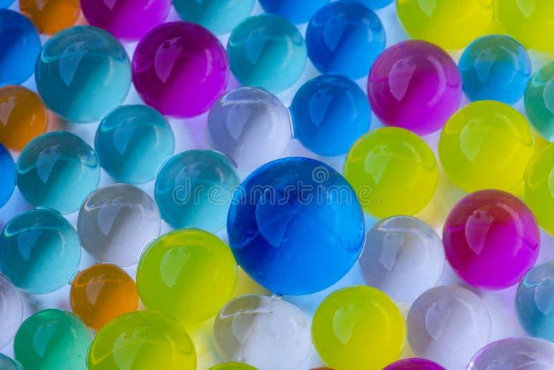 Schließen Sie oben von den mehrfarbigen Hydrogelbällen in den verschiedenen Größen stockfotos