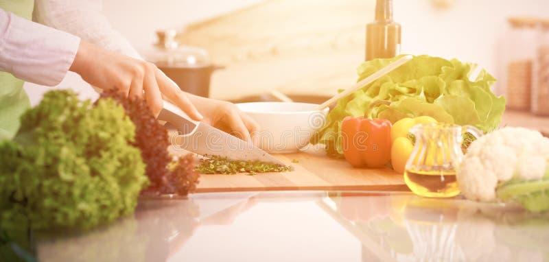 Schließen Sie oben von den menschlichen Händen, die Gemüsesalat in der Küche auf dem Glastisch mit Reflexion kochen Gesunde Mahlz stockbilder