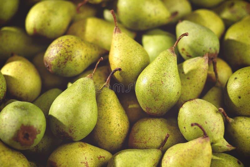 Schließen Sie oben von den organischen Birnen in einem Stapel lizenzfreie stockfotografie