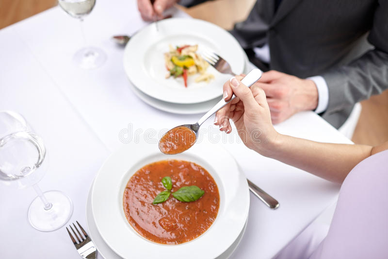 Schließen Sie oben von den Paaren, die Aperitifs am Restaurant essen stockbilder
