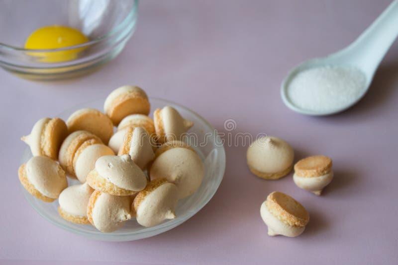 Schließen Sie oben von den Plätzchen mit Zucker und Ei Rosa Hintergrund lizenzfreie stockfotos