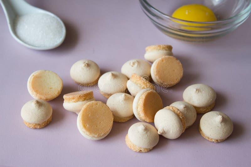 Schließen Sie oben von den Plätzchen mit Zucker und Ei Rosa Hintergrund lizenzfreies stockfoto
