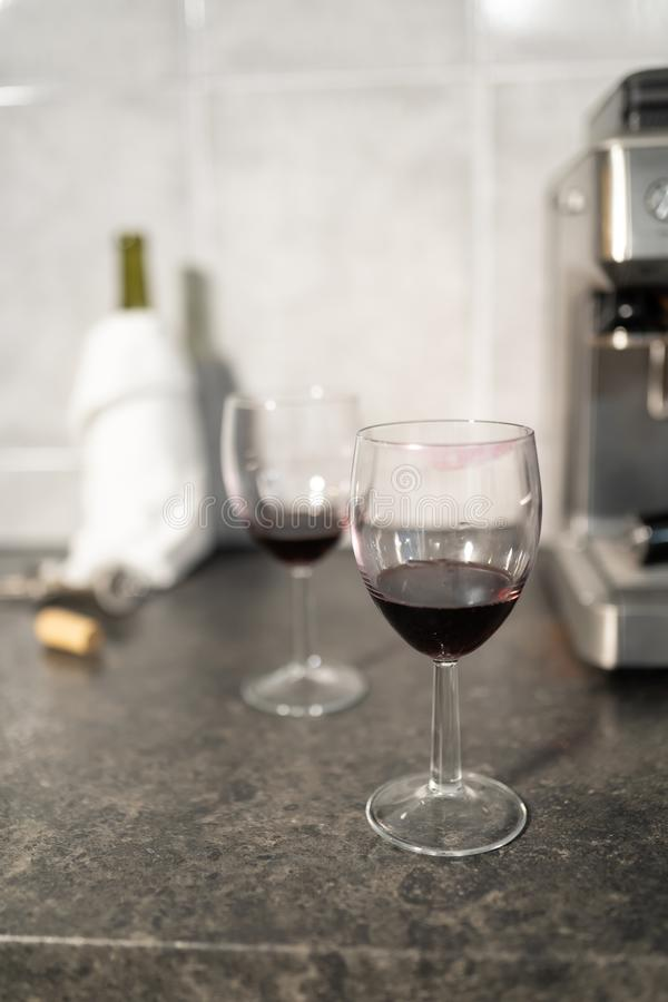 Schließen Sie oben von den Rotweingläsern mit Lippenstiftkennzeichen lizenzfreies stockbild