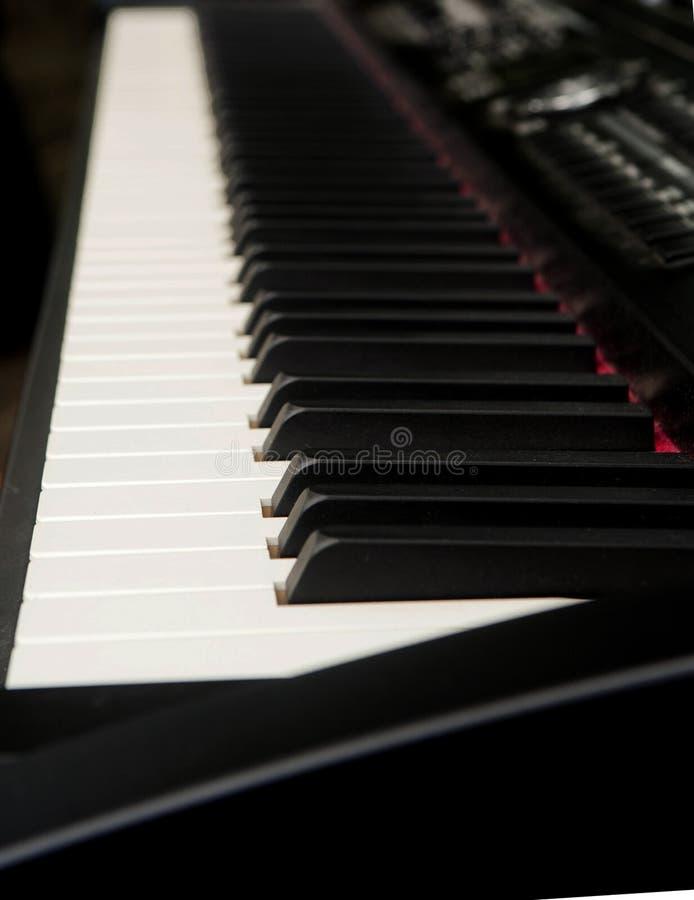 Schließen Sie oben von den Schwarzweiss-Klavierschlüsseln stockbilder