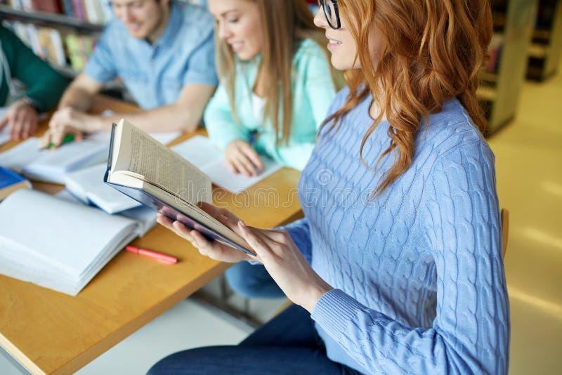Schließen Sie oben von den Studentenlesebüchern in der Schule lizenzfreies stockbild