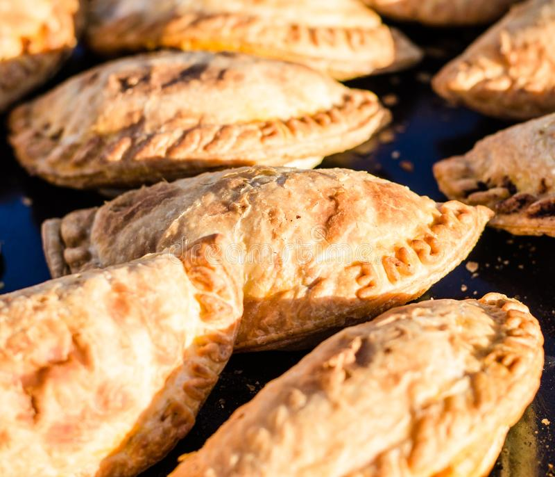 Schließen Sie oben von den traditionellen empanadas an einem Straßennahrungsmittelmarkt stockbilder
