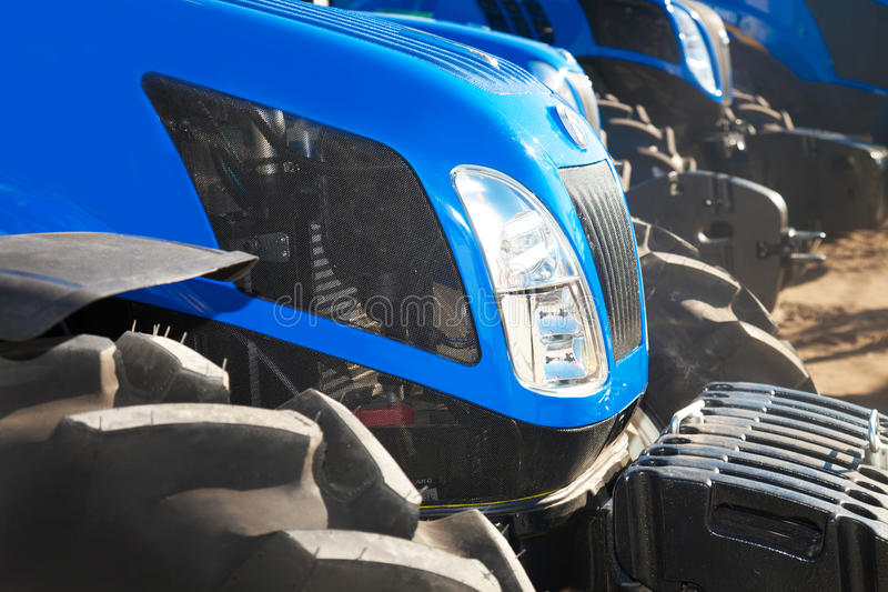 Schließen Sie oben von den Traktoren auf einer Reihe stockfotos