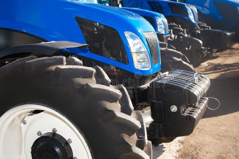 Schließen Sie oben von den Traktoren auf einer Reihe lizenzfreie stockfotos