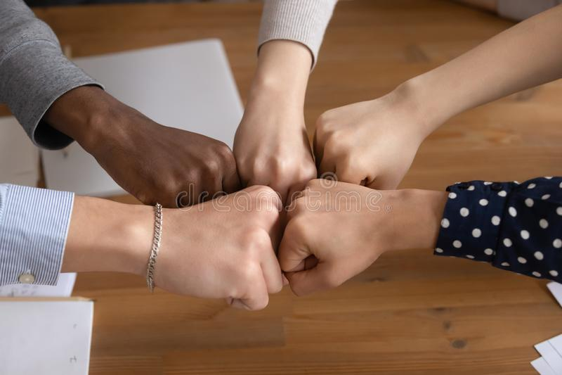 Schließen Sie oben von den verschiedenen Leuten sich anschließen den Händen, die Einheit zeigen stockfoto