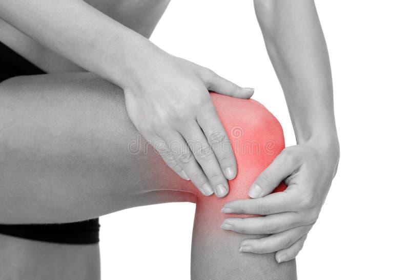 Schließen Sie oben von den weiblichen Händen, die Knie halten lizenzfreie stockbilder