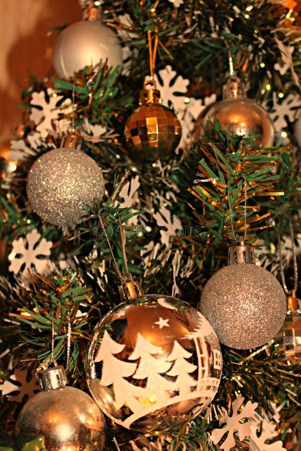 Schließen Sie oben von den Weihnachtsverzierungen auf einem Weihnachtsbaum stockbild