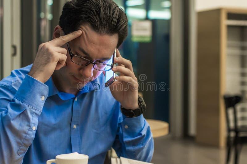Schließen Sie oben von deprimiertem und frustriertem Geschäftsmann am Telefon stockfoto