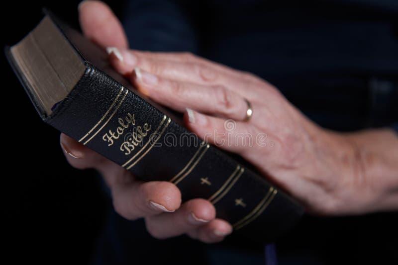 Schließen Sie oben von der älteren Frau, die Bibel hält stockbild