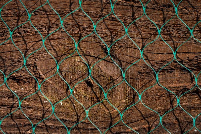 Schließen Sie oben von der alten hölzernen Zaunplatte mit Plastikdiamantmuster n stockfotos