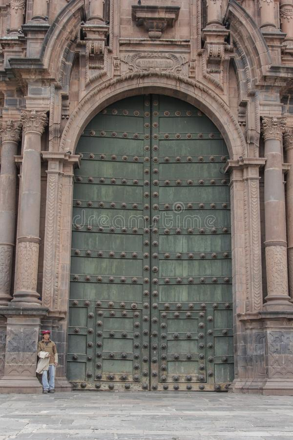 Schließen Sie oben von der alten katholischen Kathedralenfassade in Cuzco Peru stockbilder