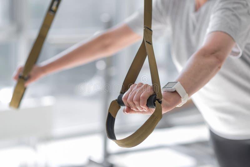 Schließen Sie oben von der Armholding-Sportausrüstung der Frau lizenzfreie stockbilder