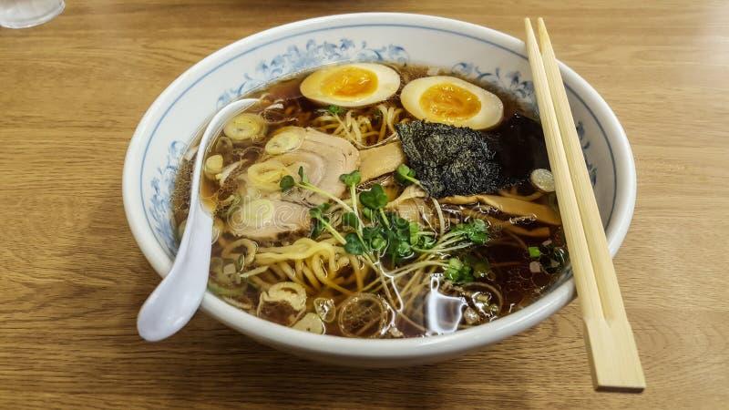 Schließen Sie oben von der asiatischen Nahrung Nudel Ramensuppe mischte mit Schweinefleisch, Ei, stockbild