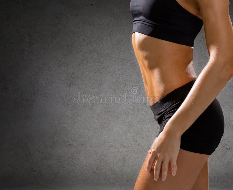 Schließen Sie oben von der athletischen weiblichen ABS in der Sportkleidung lizenzfreie stockfotografie