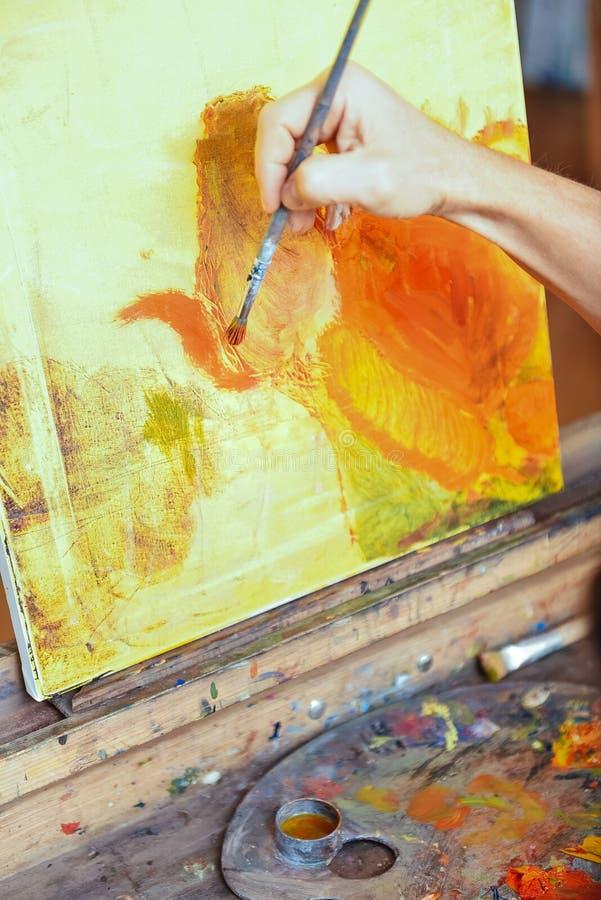 Schließen Sie oben von der Berufskünstlerhand, die schönes Bild malt stockfoto