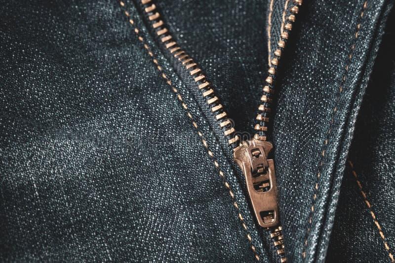 Schließen Sie oben von der Blockierung des Reißverschlusses auf blauen Denimjeans lizenzfreie stockfotos