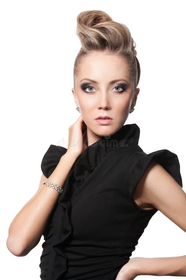 Schließen Sie oben von der blonden Frau mit Modefrisur