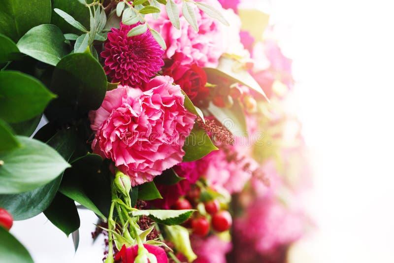 Schließen Sie oben von der Blumenanordnung im Hochzeitstag lizenzfreie stockfotografie