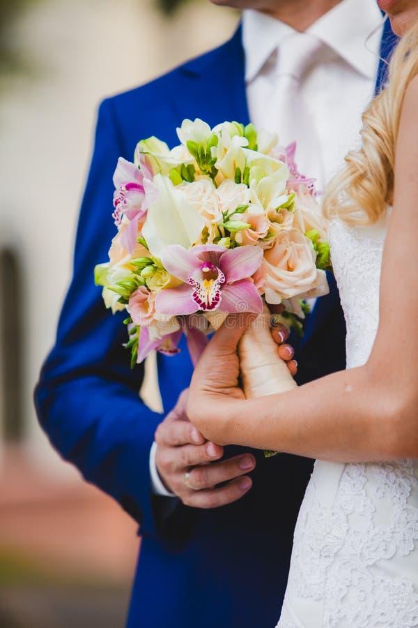 Schließen Sie oben von der Braut, die schöne rosa Hochzeit hält lizenzfreies stockfoto