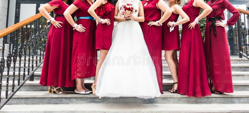 Schließen Sie oben von der Braut und von den Brautjungfern lizenzfreie stockfotos