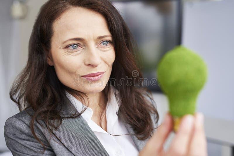 Schließen Sie oben von der durchdachten Geschäftsfrau bei der Arbeit lizenzfreies stockbild