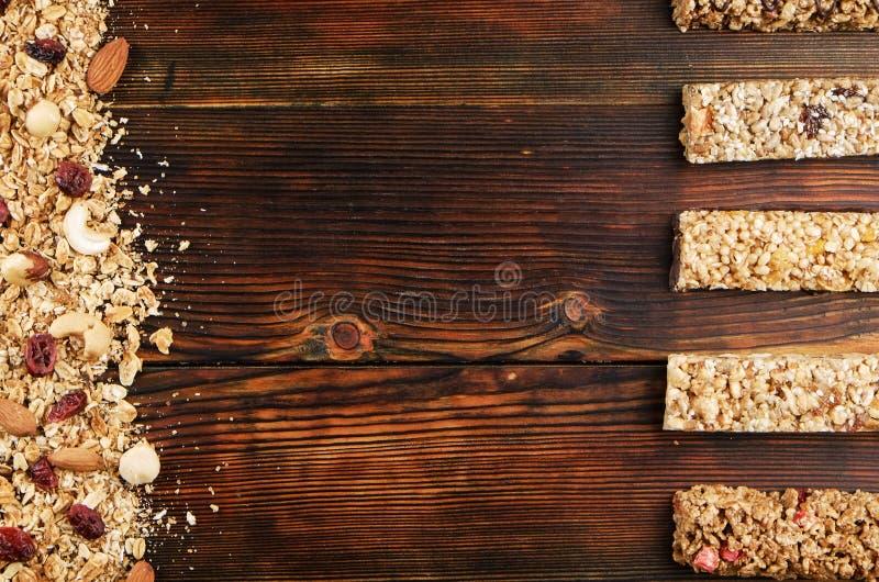 Schließen Sie oben von der Eignungslebensmittel-Energiestange mit verschiedenen Arten von Mischnüssen Vegetarische Bonbons ohne S stockfotografie