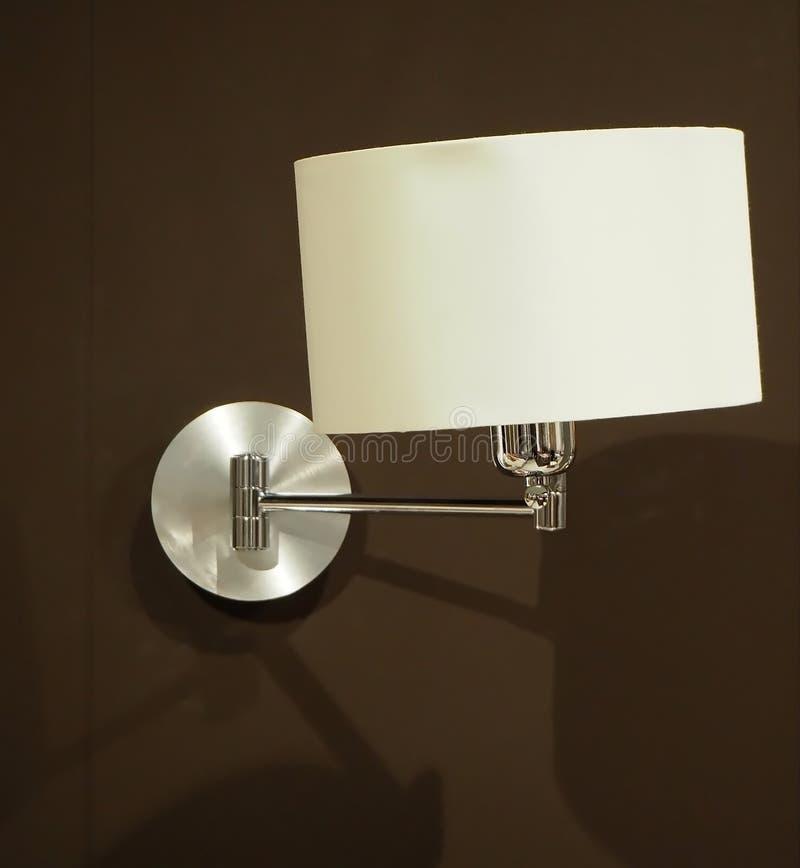 Schließen Sie oben von der eleganten Schlafzimmerlampe und hängen auf einer Seitenwand des braunen Samts lizenzfreie stockfotografie