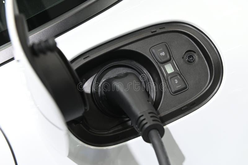 Schließen Sie oben von der elektrischen Ladegerätstation des hybriden Autos mit der Stromversorgung, die in verstopft wird lizenzfreie stockfotos