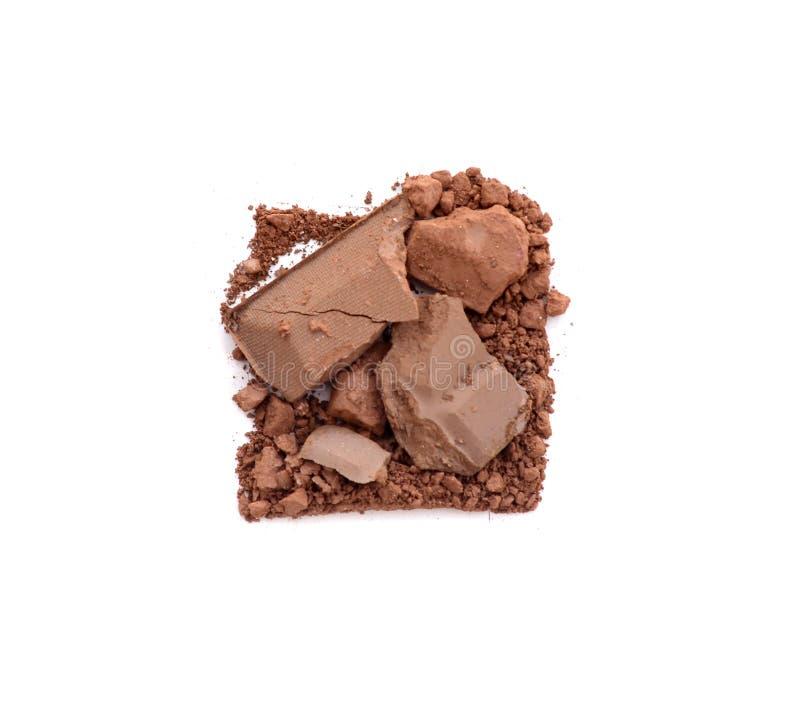Schließen Sie oben von der flüssigen Schokolade und von den Stücken des Schokoriegels Lokalisiert auf Weiß lizenzfreies stockfoto