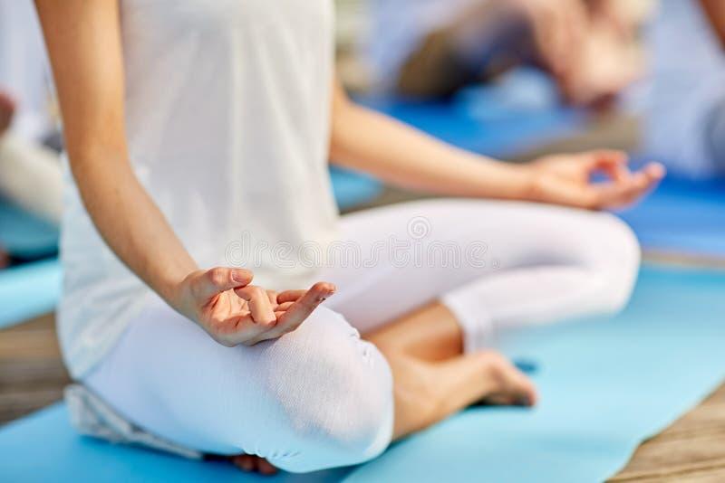 Schließen Sie oben von der Frau, die in der einfachen Sitzenhaltung meditiert lizenzfreies stockbild