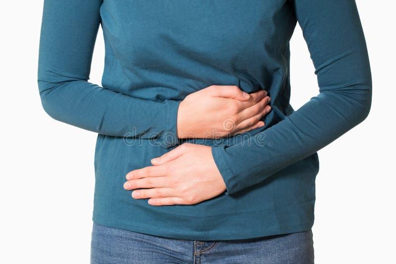 Schließen Sie oben von der Frau, die mit Magenschmerzen leidet lizenzfreie stockfotografie