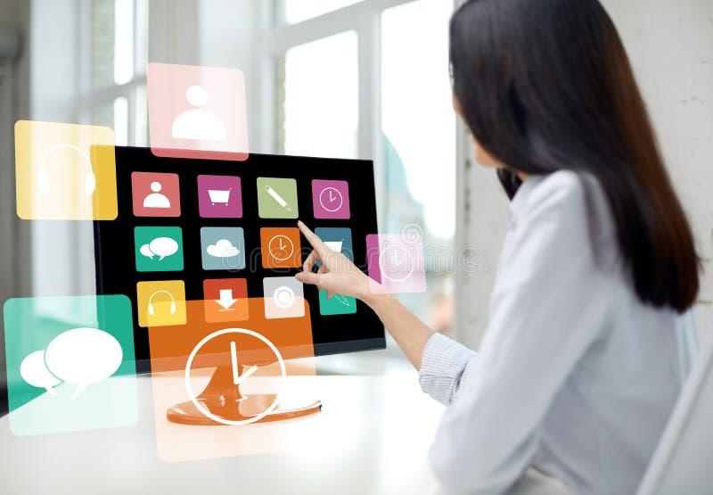 Schließen Sie oben von der Frau mit apps auf Computer im Büro lizenzfreie stockfotos