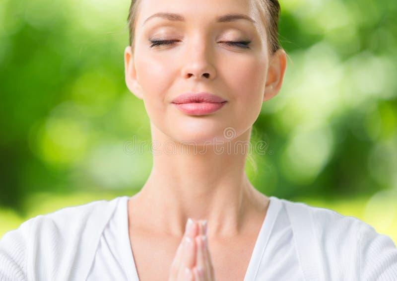 Schließen Sie oben von der Frau mit dem Augen geschlossenen Gebetsgestikulieren stockfoto
