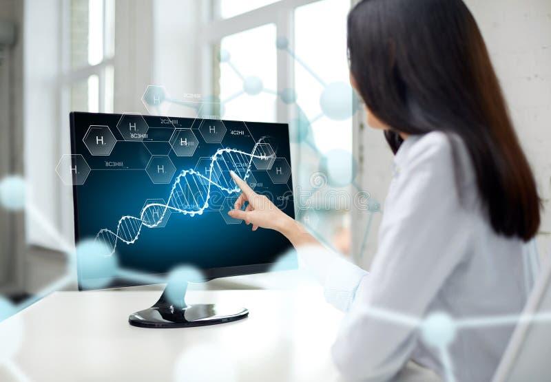 Schließen Sie oben von der Frau mit DNA-Molekül auf Computer stockbilder