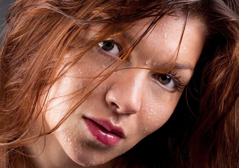 Schließen Sie oben von der Frau mit Wasser-Tröpfchen auf Gesicht stockbild