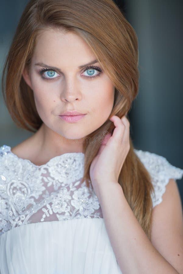Schließen Sie oben von der Frau tragendes weißes Lacy Top lizenzfreie stockfotografie