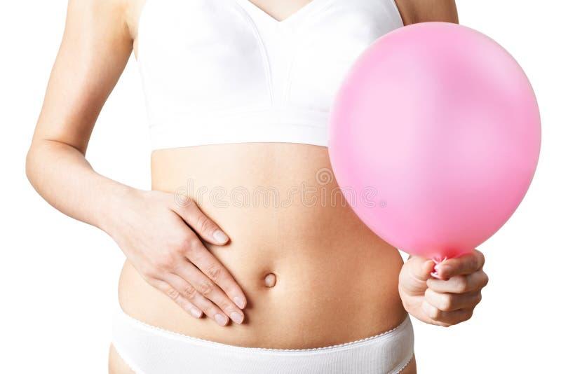 Schließen Sie oben von der Frauen-tragenden Unterwäsche, die rosa Ballon und Tou hält lizenzfreie stockfotos