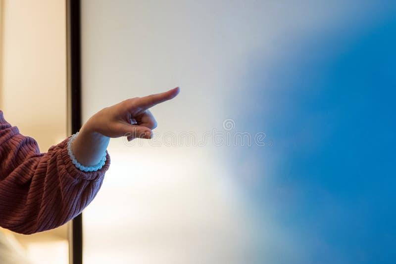 Schließen Sie oben von der Frauenhand, die auf Brettdiagramm des leichten Schlages auf das Büro, das Geschäft, die Leute und das  lizenzfreies stockbild